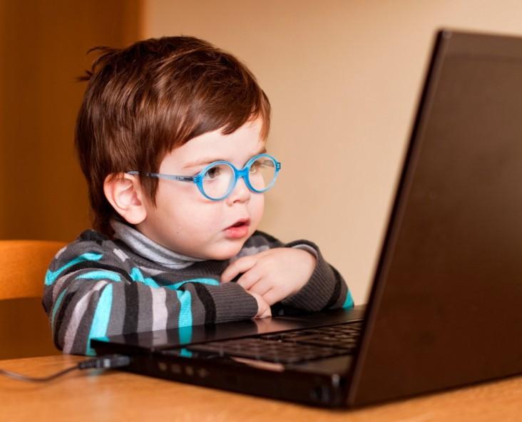 crianca-oculos-computador